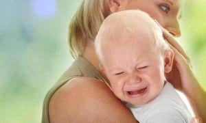 Ребенок плачет во время кормления: как понять причину и помочь малышу