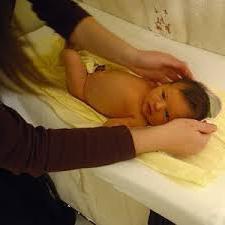 Как купать новорожденного ребенка первый раз: подробное описание процедуры для неопытных родителей