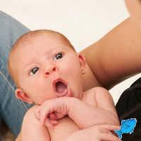Ребенок срыгивает после каждого кормления и икает: как помочь малышу
